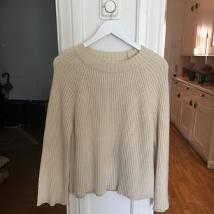 Kofta/tröja från Mango knappt använd. Köpte M/L storlek för ville ha den lite oversize. Offwite färg