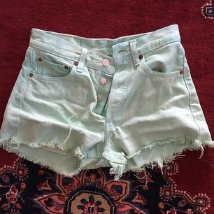 Vintage turkosa Levi's 501 shorts.  Passar XS. Köparen står för eventuell frakt. Kan även mötas upp i Stockholm