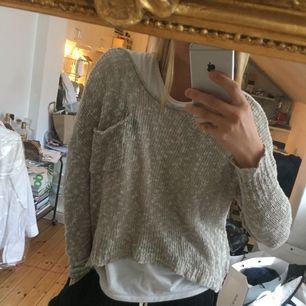 Cropad tröja från Hollister🍁 Det står M/L på tröjan men tycker den sitter mer som S/M! Suuuperskönt material och jättemysig till hösten 🌸🍂🍃
