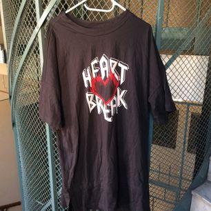 T-shirt Klänning från Monki! Oversize modell i strl S, lös så skulle kunna passa fler storlekar. Oanvänd