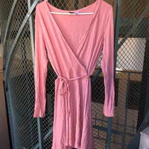 Rosa omlottklänning från HM, stretch tyg som faller vackert på kroppen