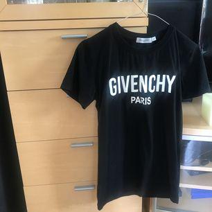 T-shirt med Givenchy tryck, väldigt bra kopia, i bra skick! Pris är inklusive frakt.