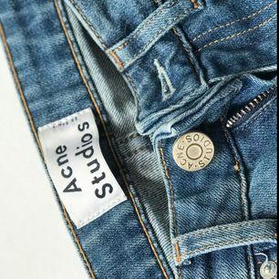 Knappt använda acne jeans. Storlek: 36 Nyskick och inga defekter eller liknande. Modellen är rak och tight.