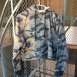 Camo cropped hoodie från HM, i nyskick då den aldrig kom till användning.