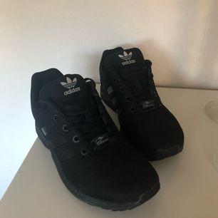 Adidas ZX flux, säljer pågrund av för små och hann använda (använd ca 3-4 gånger). 400kr, köparen står för frakt. Kan annars mötas i Uppsala/Knivsta 💞