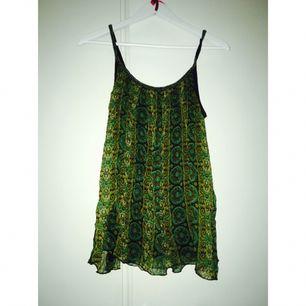 Grönt linne i vackert mönster.