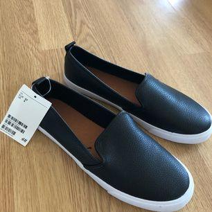 Helt nya skor från HM storlek 37. Svart fejk skinn och vit sula, passar till allt. Nypris 199 kr