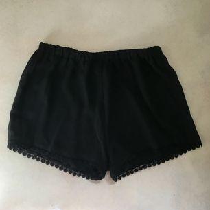 Svarta shorts med fin spetskant från Brandy Melville