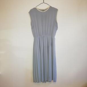 Ljusblå klänning i 40tals stil.