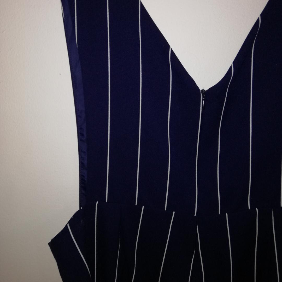 Byxdress I marinblått med vita ränder. . Klänningar.