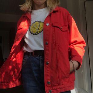 Oversized jeansjacka från monki den är dock lite ljusare röd än vad den ser ut på bilden och det står XS i jackan men jag är en S och den sitter såhär på mig. Har också svaga vita fläckar på ena axeln (syns på sista bilden)
