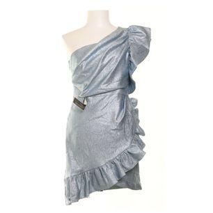 Oanvänd silverblå klänning med prislapp kvar från Topshop. Storlek 38. Jag råkade beställa dubbletter och säljer därför denna. Nypris 1000kr.
