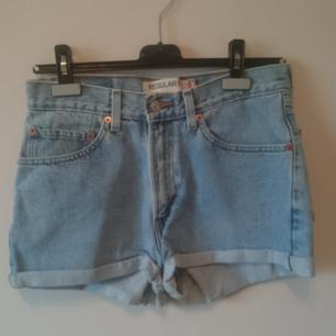 Äkta Levi's 505 shorts! Klassisk urtvättad ljusblå färg, rymliga fickor, mycket fint skick! Hög midja, gör din booty extra juicy 🍑