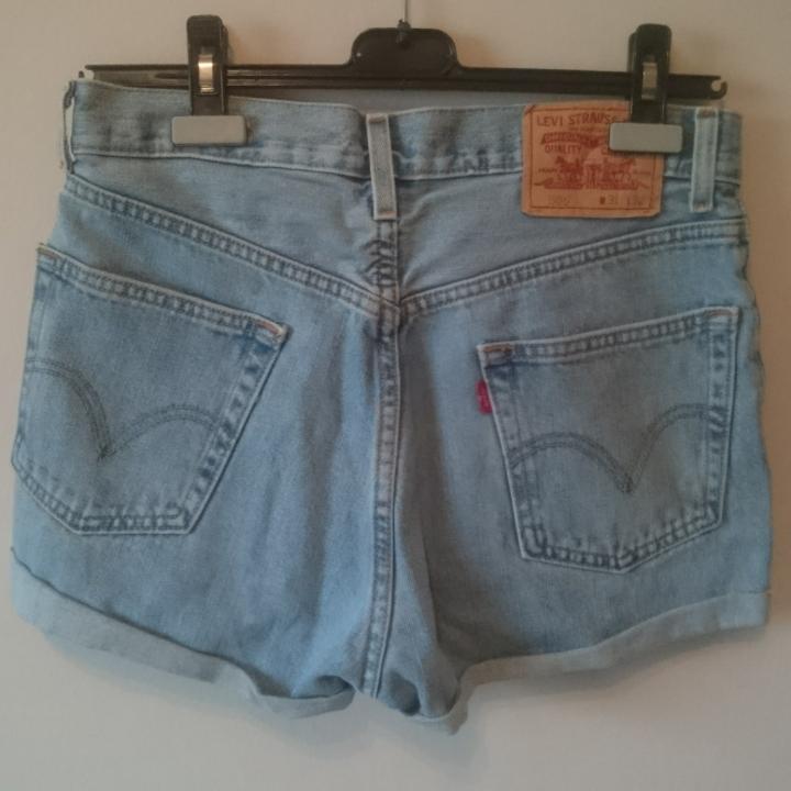Äkta Levi's 505 shorts! Klassisk urtvättad ljusblå färg, rymliga fickor, mycket fint skick! Hög midja, gör din booty extra juicy 🍑. Shorts.