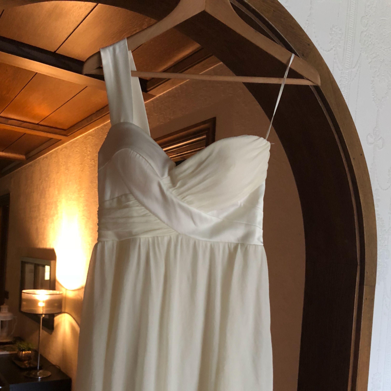 Gräddvit klänning med ett tjockt band. Inbyggd BH. Klänningar.