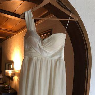 Gräddvit klänning med ett tjockt band. Inbyggd BH