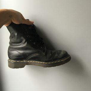Mina UNDERBARA docs :( de har 2 små hål i ena skon (inget av hålen går rakt genom skon dock så inget vatten som läcker in). Utöver det är de bara sliten med hälsan. Om du är snabb så kan vi diskutera priset. Frakt: 100 kr. xoxoxo