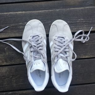 Adidas Gazelle i nyskick!! Superfin grå färg. Använda endast två gånger och säljs pga försmå💔💔 Hoppas dem kommer till bättre användning för någon annan. Kan mötas upp i Växjö/Älmhult annars står köpare för frakt. 🌹🌹