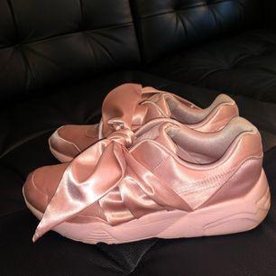 Sparsamt använda Fenty by Rihanna skor i storlek 38,5 (24,5 cm). Finns i Östersund men kan även fraktas om du står för frakten! Nypris: 1500kr