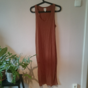 Midi length mörkt konjaksfärgad klänning. Ganska tight passform. Aldrig använd pga för liten för mig med 36 så den är som ny!