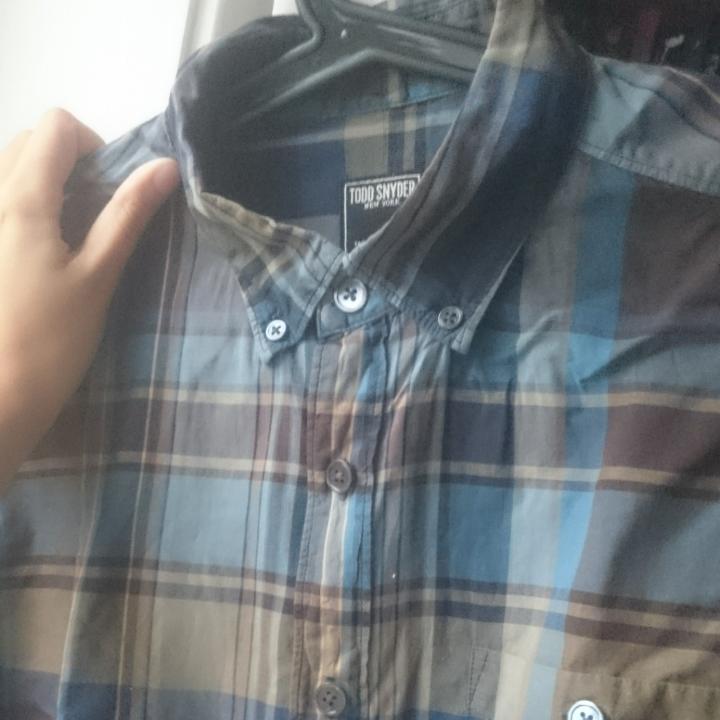 Rutig herrskjorta i blå, beige och bruna nyanser.  Fint skick, tunt tyg. Sista bilden visar färgerna bäst!. Skjortor.