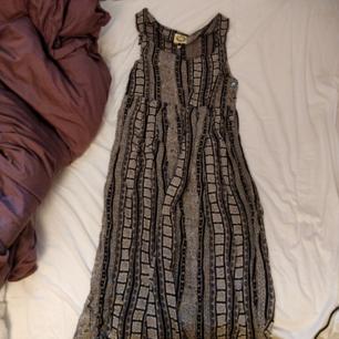 Fantastisk klänning som tyvärr inte passar mig. 118 cm på längden och 44 cm på bredden vid byst.