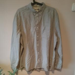 Superfin ljusgrå herrskjorta, lite melerad känsla. Aldrig använd! Regular fit från LOGG, H&M.