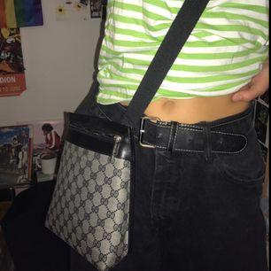 Gucci väska vilket jag antar e fejk då den är köpt på second hand;) dock bra kopia och inga slitningar alls!! Lång rem, snyggt att ha tvärs över!! skrivskrivskriv om ni har frågor, köpare står för frakt ⚡️⚡️