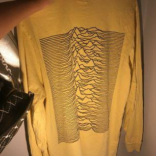 """""""Killtröja""""🙄 från H&M med Joy Division tryck! Superfin att knyta upp eller stoppa in i byxor med fint vågigt tryck på ryggen. Ljusgul!"""