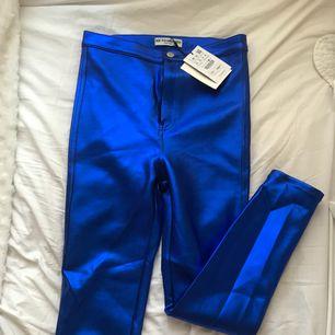 Helt nya blå glansiga byxor från Pull&Bear, lapp kvar.