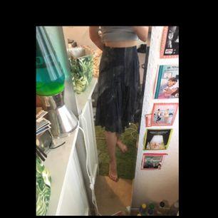 Superskön, mörkblå kjol i storlek M, men passar mig som är XS/S. Kan även användas som klänning om man känner för det! Frakt ingår inom Sveriges gränser. Köpt för 249 kr för länge sen på Flash, säljer pga använder aldrig.