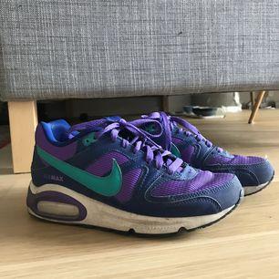 Superfina Nike air max som jag tyvärr insett är för små för mig :( Använda ett antal gånger och har då lyckats nöta upp vänstra hälen. Annars i relativt fint skick!