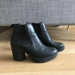 Svarta boots, använda ett antal gånger men i bra skick. Behöver sig en puts! Köpare står för frakt.