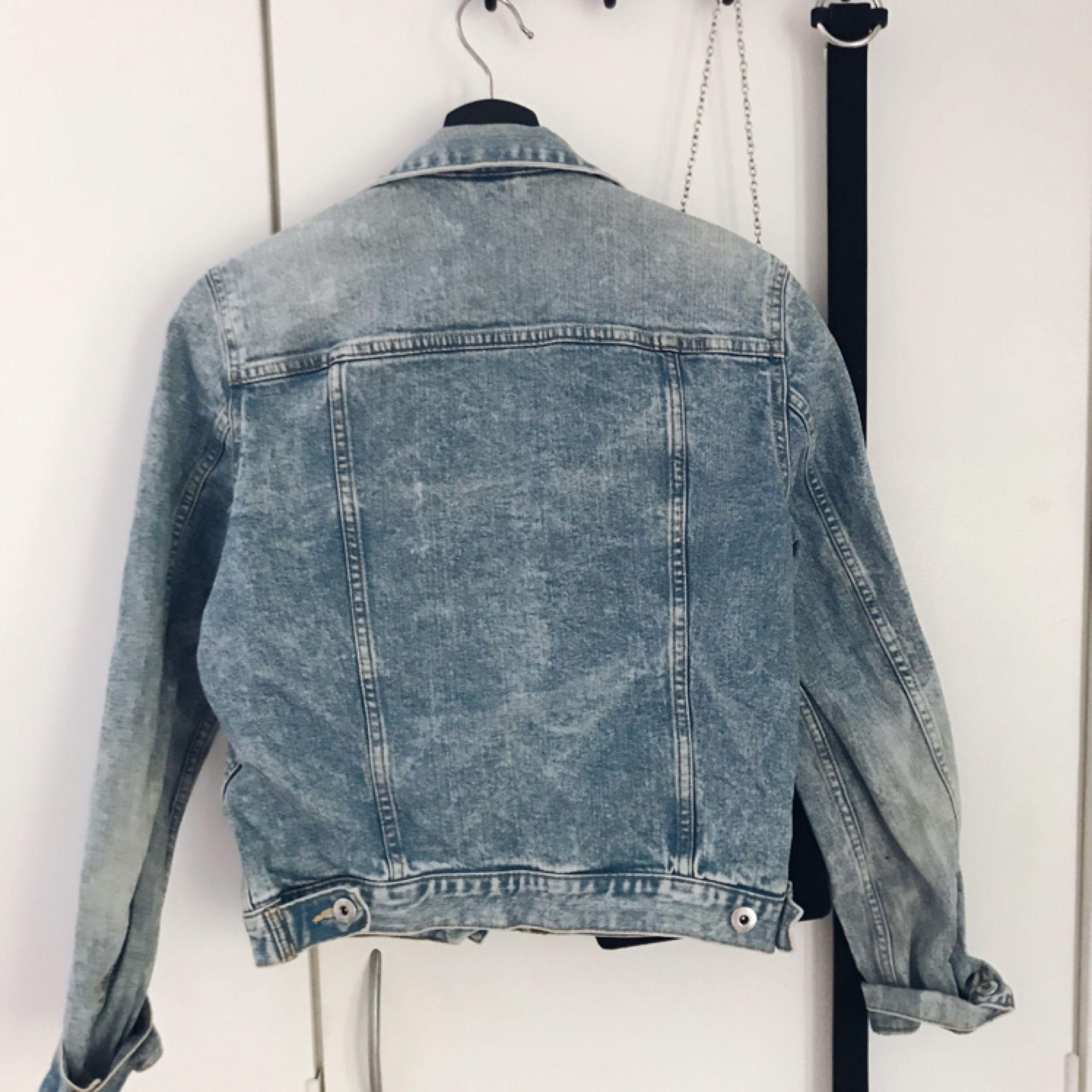 Jeansjacka från hm i bra skick! Lite mindre i storleken. Iallafall inte oversized.  Möts i Jönköping eller så betalar köparen för frakten.. Jackor.