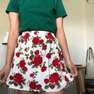 Blommig kjol från H&M, storlek 36. Frakt tillkommer vid köp!