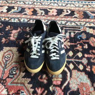 Old school adidas samba, köpta på humana och använda ett fåtal gånger. Frakt: 90kr🎈💌