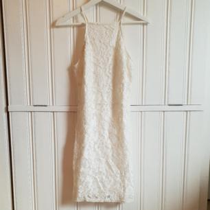 Jättefin klänning som är perfekt till studenten!! Helt ny från missguided, aldrig använd. 100kr+frakt