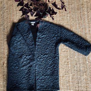 Oanvänd kofta, med svart textilskärp att fästa runt midjan. Kolla in mina andra annonser, jag samfraktar gärna.