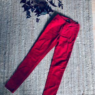 Röda manchesterbyxor från Cubus. Aldrig använda. (Mer som ett par leggings än jeans) Kolla in mina andra annonser, jag samfraktar gärna.