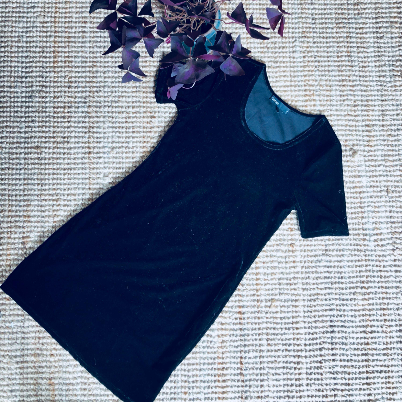 Sammetsklänning i fint skick.. Klänningar.