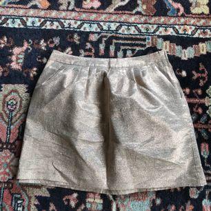 Finn guldglittrig kjol i ett styvt material. Lite mer åt roséguld. Aldrig använd! Frakt: 55kr🎈💌