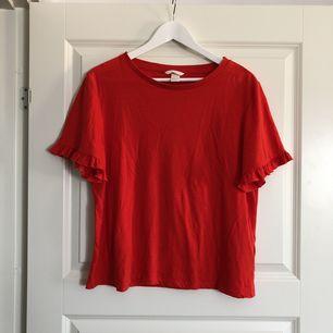 T-shirt med volangärm. Köpt på H&M, storlek Large. Endast använd ett fåtal gånger, så den är i fint skick. Säljes pga att den är lite för stor för mig. 45 kr (fraktkostnad tillkommer) 🌹