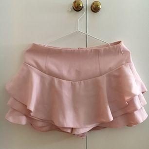 Kjol/shorts ifrån Zara. Är storlek 38 men passar en 36a.