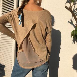 Jättefin MonRow långärmad tröja med omlottvikning bak i relativt genomskinligt tyg. Nypris: ca 1200kr. Kan användas med eller utan linne under. Ge gärna ett bud!