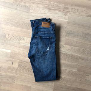 Jeans med slitningar köpta på H&M. Storlek 28/32. Använda men i superfint skick!! Säljes för 50 kr (fraktkostnad tillkommer) ✨