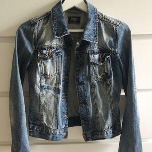 Jeansjacka i stl 34 bara använd några gånger pga lite liten på mig.