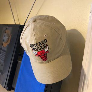 Keps Chicago Bulls i trevligt skick. Kan hämtas i Uppsala eller skickas mot fraktkostnad