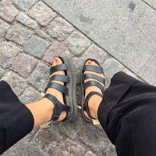 Superfina sandaler från Dr Martens. 2 månader gamla. Veganska. Frakt: 100 kr.