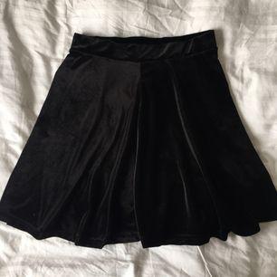Svart kjol i sammet, använd ca en gång!
