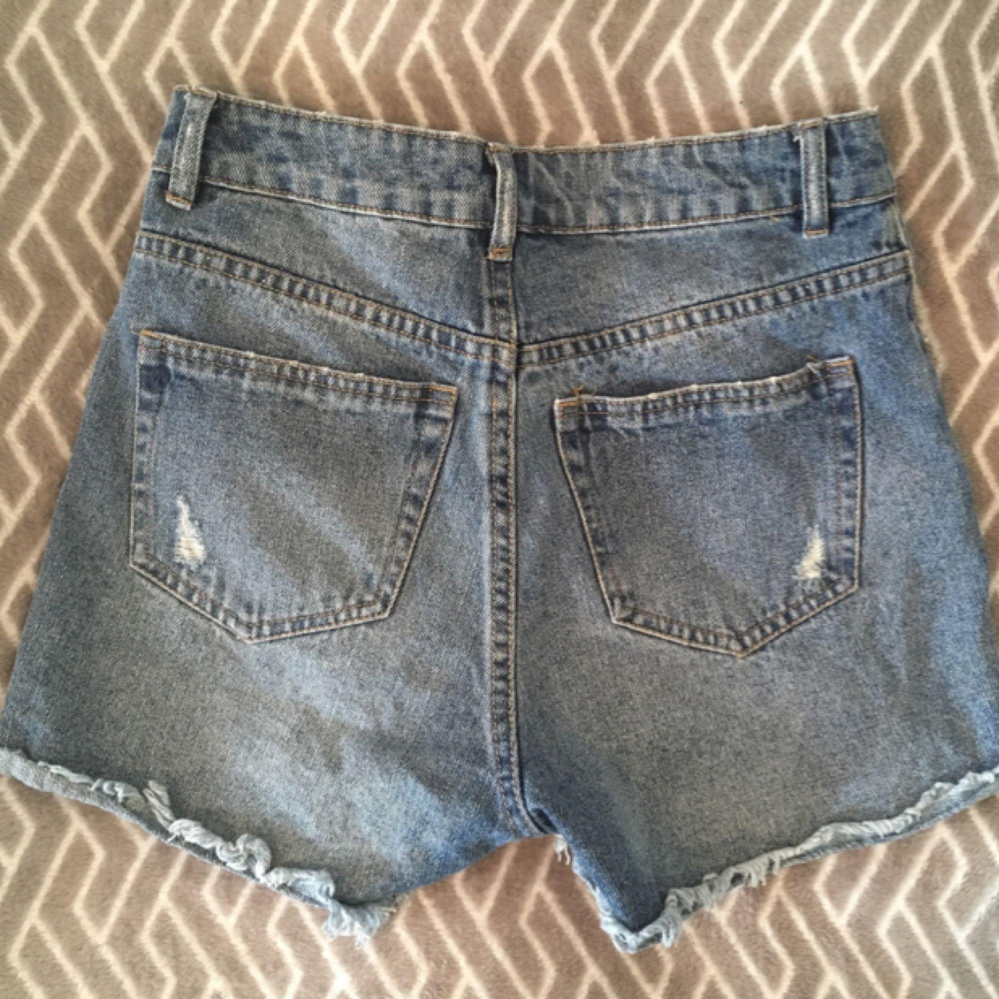 Highwaist jeansshorts från BikBok. Köparen står för frakt :). Skor.